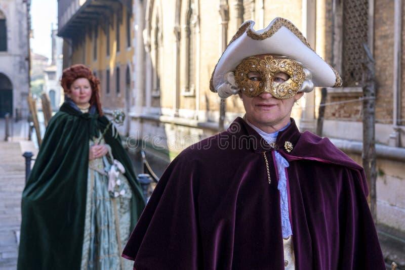 Venetië, Italië: 26 februari 2019 : Carnavalmasker Mensen in maskers en kostuums op Venetiaanse carnaval Kleurstofvaten op een stock afbeeldingen