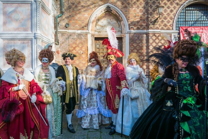 Venetië, Italië, 6 februari, 2016: de groep vrienden in kostuums en de maskers bij St merken vierkant tijdens Venetië Carnaval stock afbeeldingen