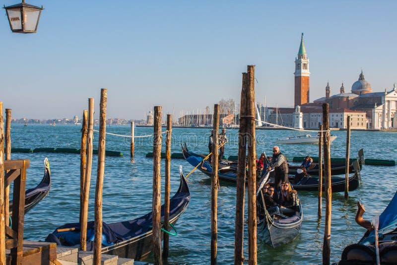 Venetië, Italië, 14 Februari, 2017 De stad van Venetië van Italië gondels die dok, beroemd Venetiaans vervoer parkeren stock foto