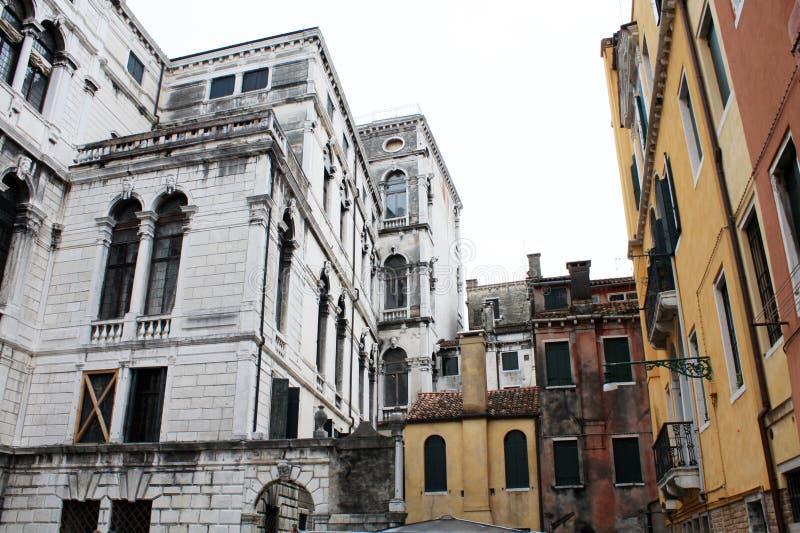 Venetië/Italië - Februari 02 2018 Mening van het kanaal Februari 2018 Venetiaanse architectuur stock afbeeldingen
