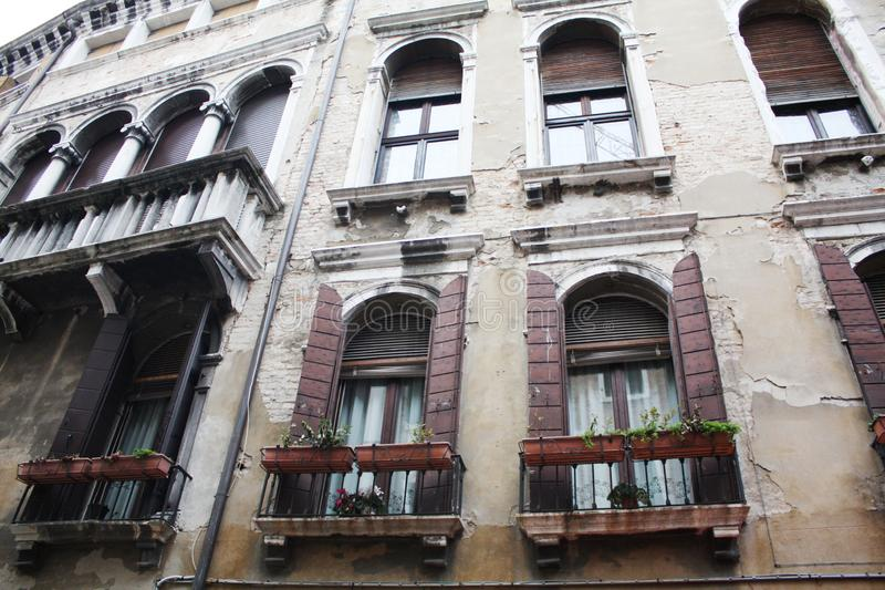 Venetië, Italië - Februari 02/2018 Mening van het kanaal Februari 2018 Venetiaanse architectuur stock fotografie