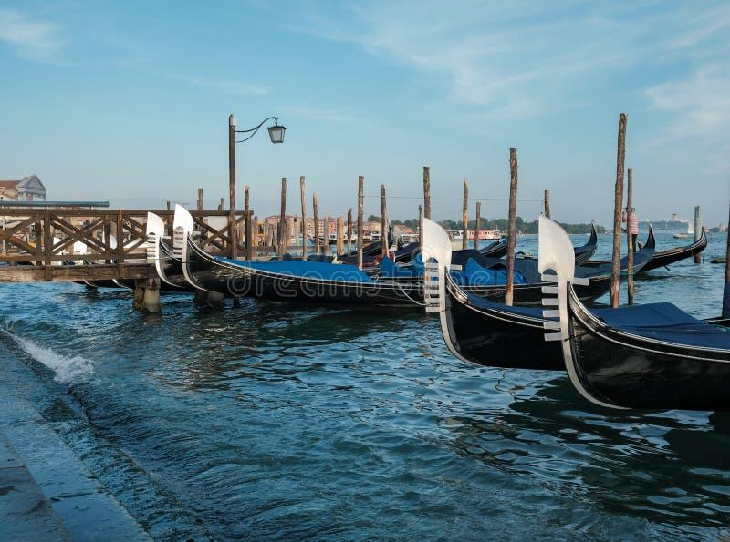 Venetië, Italië, Gondels op het dok dichtbij Piazza San Marco stock afbeeldingen