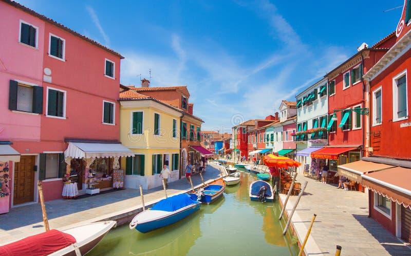 Venetië, Italië - Juli 04, 2012: Toeristen die in het winkelen gebiedshoogtepunt met kleurrijke gebouwen in Burano, Venetië lopen stock foto's