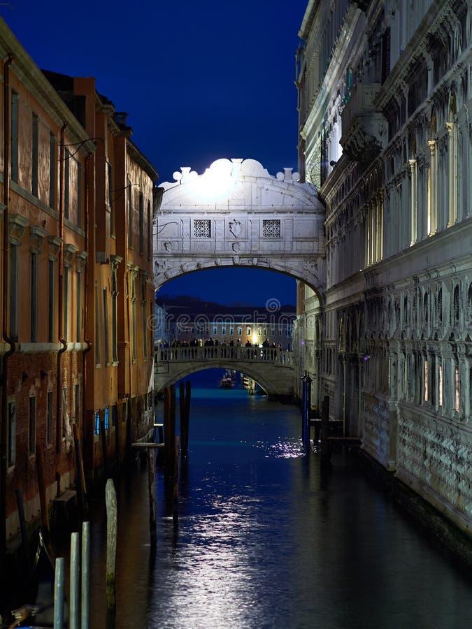 Venetië, Italië - Maart 1, de mening van 2019 A van de Brug van Sigh bij nacht stock afbeelding