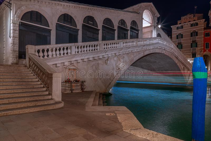 Veneti?, Itali? - Maart 27, 2019: Weergeven van beroemde Rialto Bridge Ponte Di Rialto bij nacht stock foto's