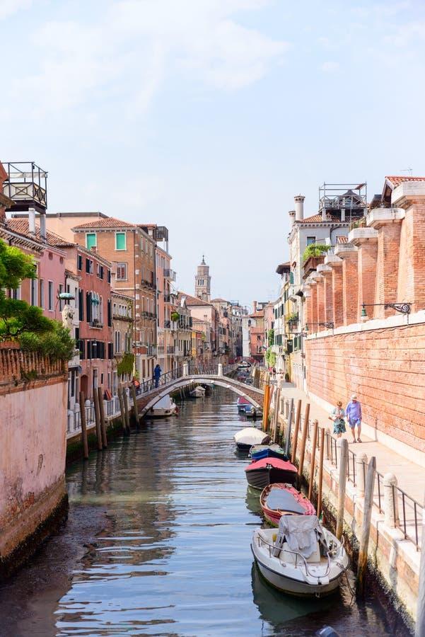 VENETIË, ITALIË - MAG, 2017: Weergeven van het straatkanaal in Venetië, Italië Kleurrijke voorgevels van de oude huizen van Venet royalty-vrije stock fotografie