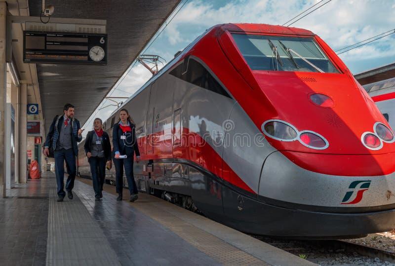 Venetië, Italië - 08 Mei 2018: De locomotief van de hogesnelheidstrein Trenitalia bij het station van Venetië sluit royalty-vrije stock afbeelding