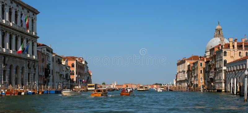 Venetië, Italië - 07 Mei 2018: Grand Canal en Basiliek Santa Maria della Salute In het watergebied heel wat vaporetto royalty-vrije stock foto's