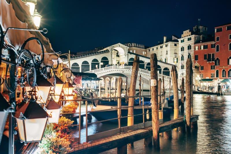 Venetië, Italië - nachtmening van de Rialto-brug royalty-vrije stock foto