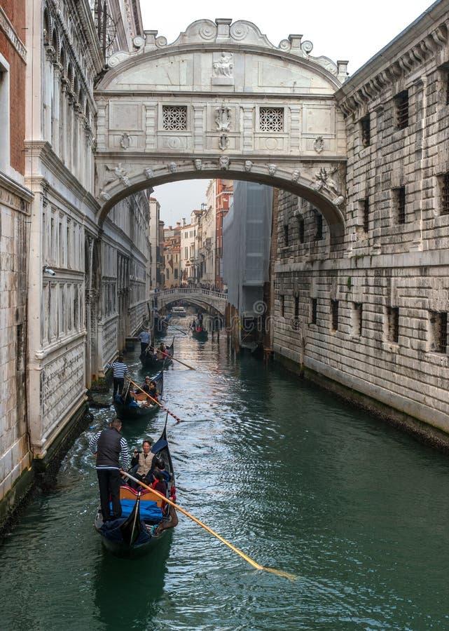 Venetië, Italië - Oktober 13, 2017: De gondels met toeristen zwemmen onder de Brug van Sighs stock foto