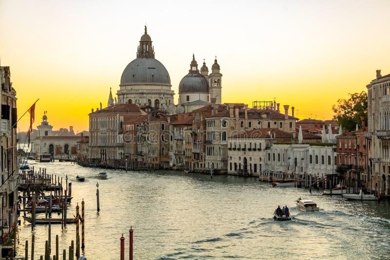 VENETI?, ITALI? - OKTOBER 23, 2018, een mooie en fascinerende zonsopgang op Grand Canal dichtbij de Basiliek van Kerstman stock afbeelding