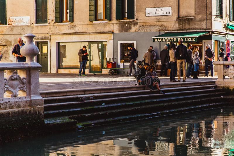 VENETIË, ITALIË - OKTOBER 27, 2016: Stil mooi klein kanaal in Venetië, Italië stock fotografie