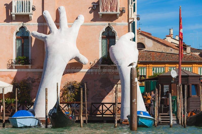 VENETIË, ITALIË - 07 Otober, 2017: Gigantische beeldhouwwerk` Steun ` voor de Biennale 2017 Auteur - Lorenzo Quinn stock foto's
