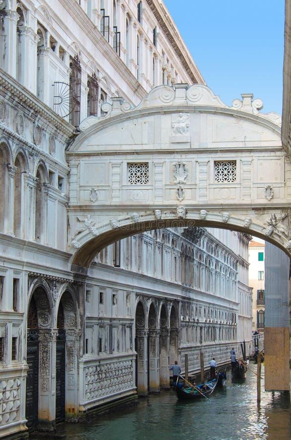 VENETIË ITALIË - 29 SEPTEMBER, 2017: Kanaal in Venetië met gondels royalty-vrije stock afbeeldingen