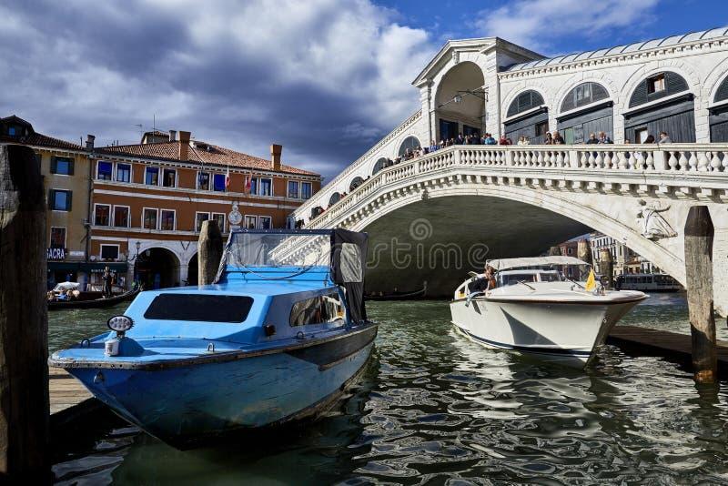 Venetië, 12 Italië-September, 2017: Rialtobrug, de dag De belangrijkste brug in Venetië Mooie brug De taxi van Venetië stock afbeeldingen