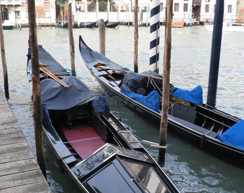 Venetië Italië Twee speciale boten voor het lopen stock afbeelding
