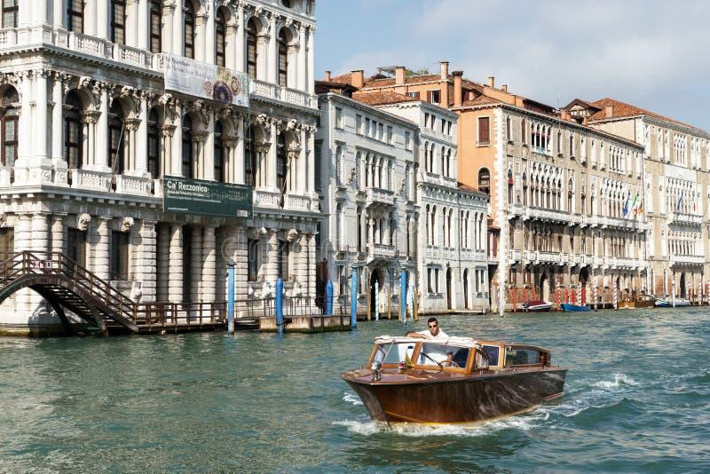 VENETIË, ITALY/EUROPE - 12 OKTOBER: Motorboot die onderaan G kruisen stock afbeeldingen