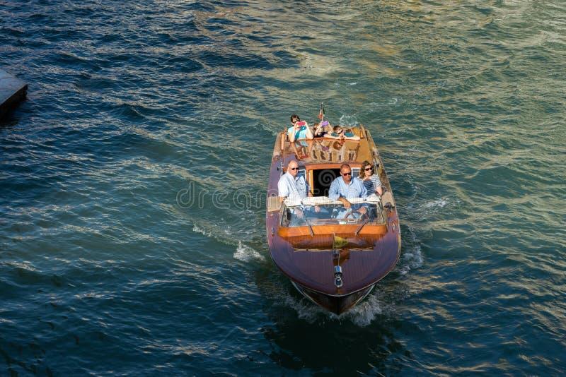 VENETIË, ITALY/EUROPE - 12 OKTOBER: Motorboot die onderaan kruisen royalty-vrije stock fotografie