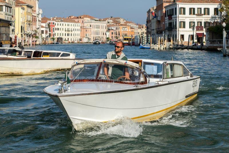 VENETIË, ITALY/EUROPE - 12 OKTOBER: Motorboot die onderaan kruisen royalty-vrije stock afbeelding
