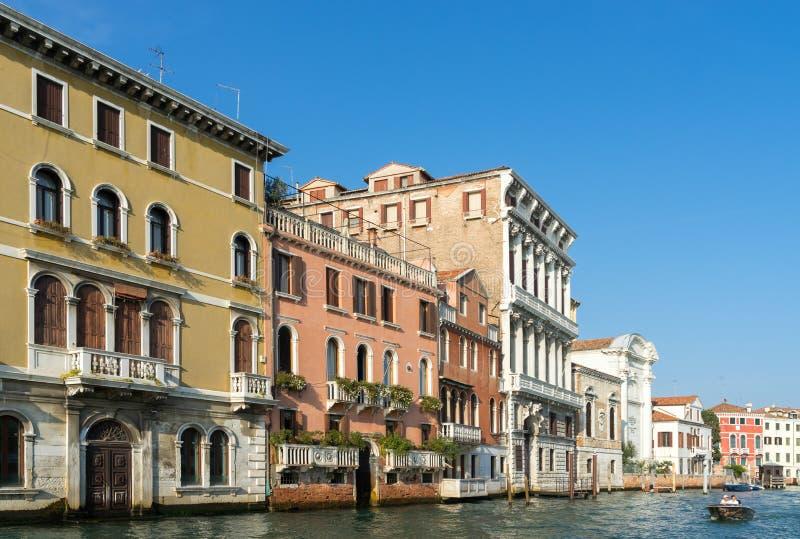 VENETIË, ITALY/EUROPE - 12 OKTOBER: Motorboot die onderaan kruisen stock foto