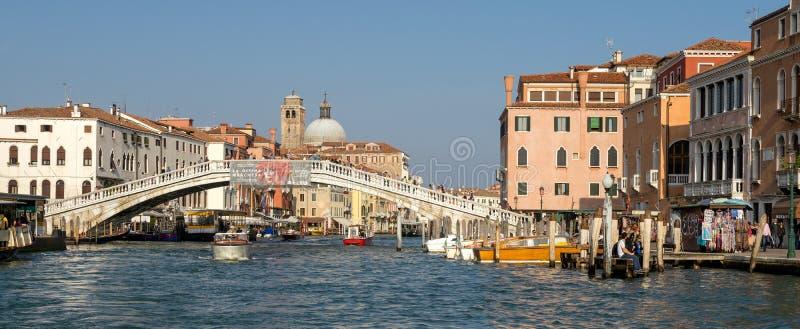 VENETIË, ITALY/EUROPE - 12 OKTOBER: Motorboot die onderaan kruisen stock afbeelding