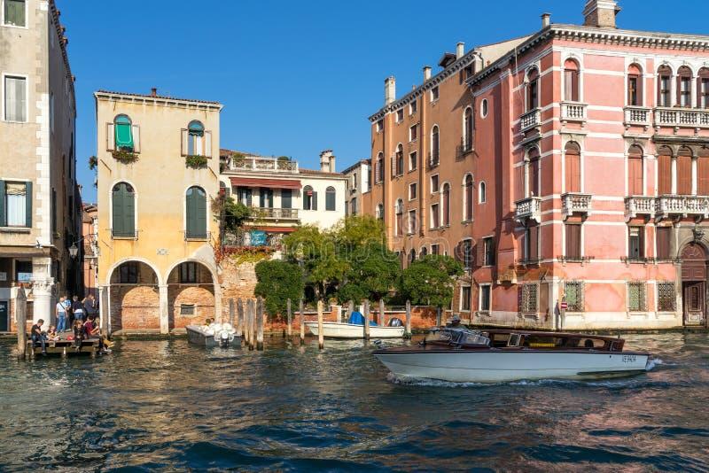 VENETIË, ITALY/EUROPE - 12 OKTOBER: Motorboot die onderaan kruisen royalty-vrije stock foto