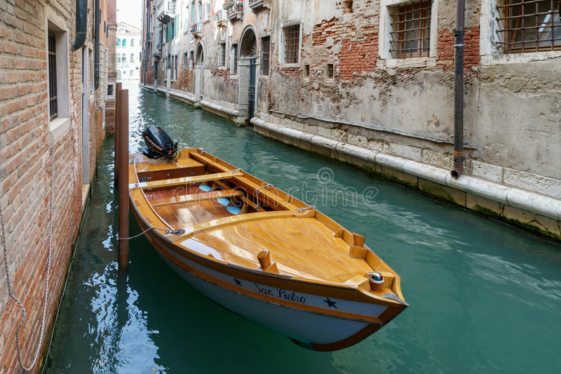 VENETIË, ITALY/EUROPE - 12 OKTOBER: Motorboot in een kanaal wordt vastgelegd dat royalty-vrije stock afbeelding