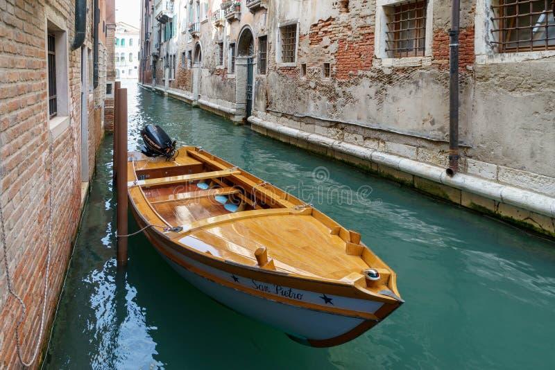 VENETIË, ITALY/EUROPE - 12 OKTOBER: Motorboot in een kanaal wordt vastgelegd dat stock foto
