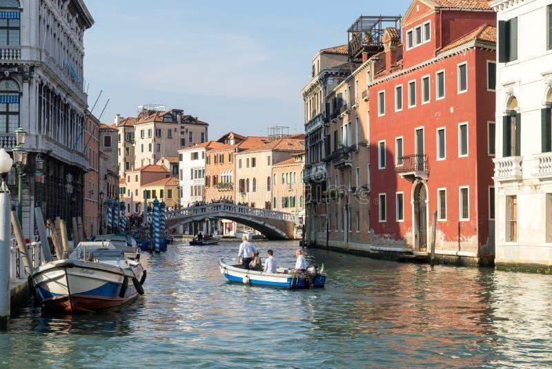 VENETIË, ITALY/EUROPE - 12 OKTOBER: Motorboot op een kanaal in Veni stock foto's
