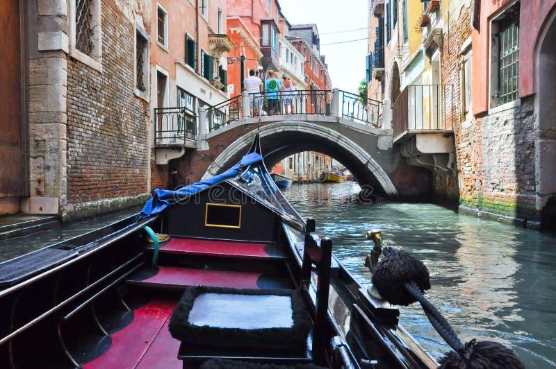 15 Venetië-JUNI: Gondel op het Venetiaanse kanaal op 15 Juni, 2012 in Venetië, Italië. stock foto