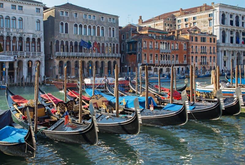 Venetië - Kanaal Grande en het dok van gondels stock afbeeldingen