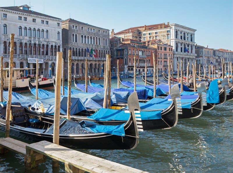 Venetië - Kanaal Grande en het dok van gondels stock foto's