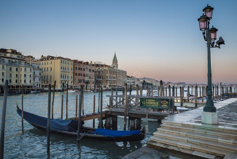Venetië, mening van het grote kanaal met gondel royalty-vrije stock afbeeldingen