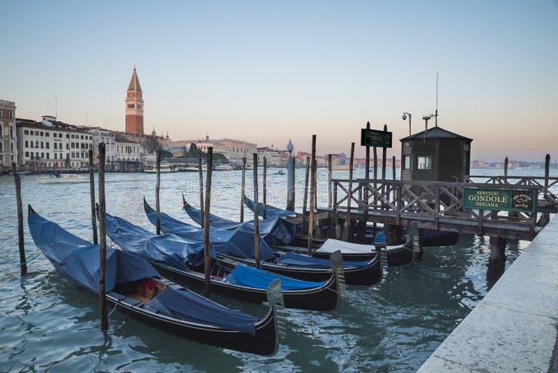 Venetië, mening van het grote kanaal met gondel stock afbeelding