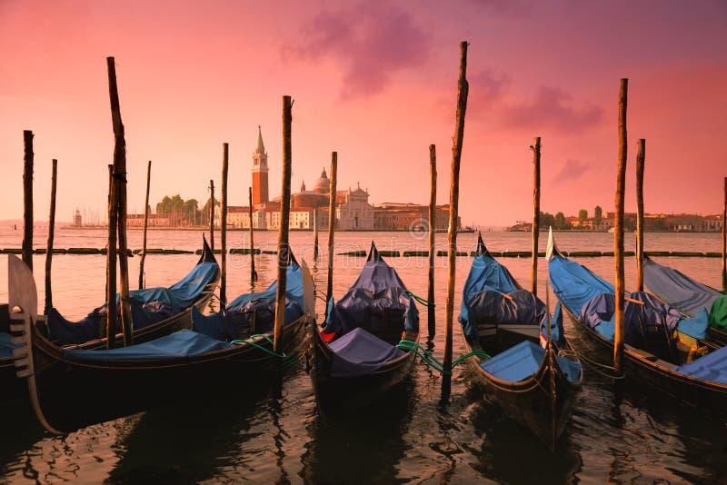 Venetië met beroemde gondels bij zacht roze zonsopganglicht, Italië stock foto's