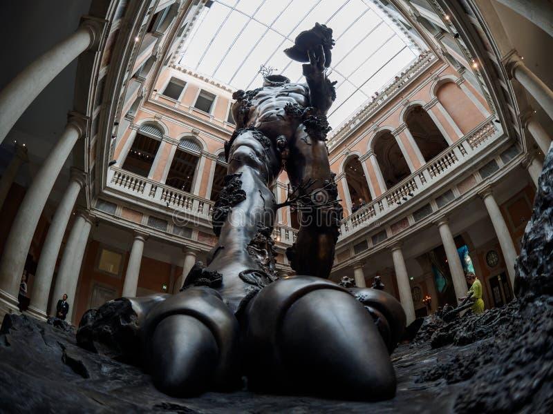 Venetië - Oktober 06: Standbeeld in de ingang van de Damien Hirst-tentoonstelling in Tre Occhi-museum op 06 Oktober, 2017 binnen stock afbeelding