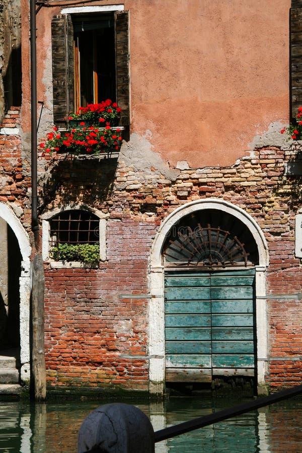 Venetië, oude poort op het water stock fotografie