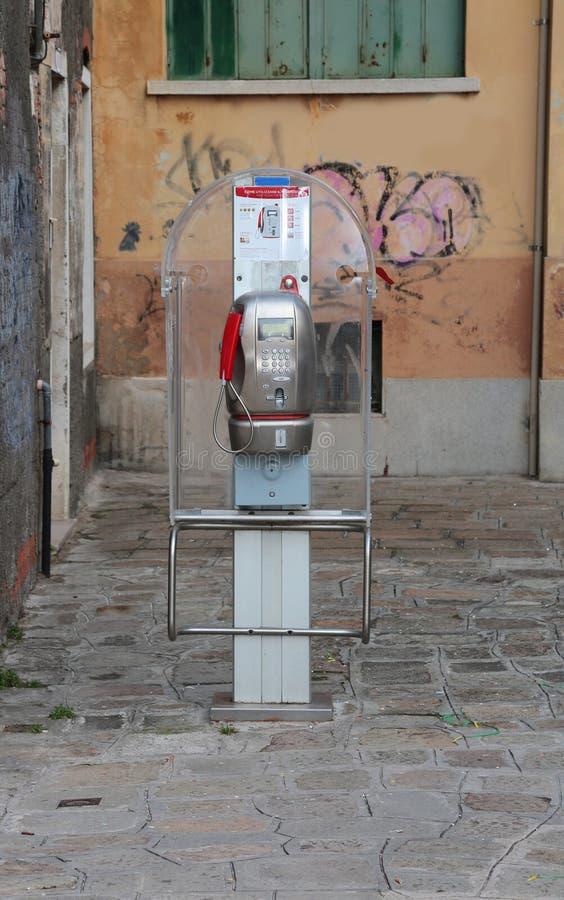 Venetië, VE, Italië - Februari 5, 2018: oude telefooncel die die met tekenen of met prepaidkaarten werken in Italië worden gebrui royalty-vrije stock fotografie