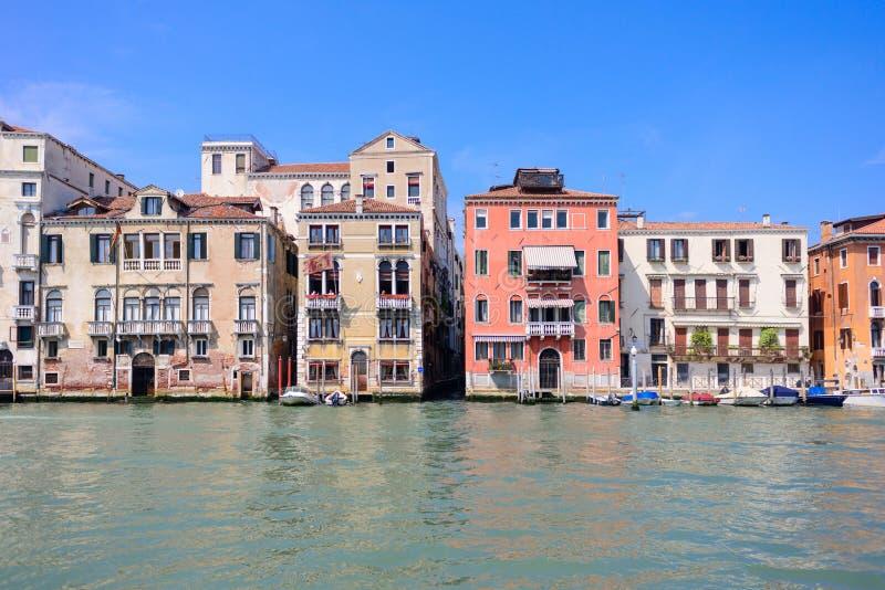 Veneti? huisvest voorgevels en het grote kanaal in een zonnige dag in Itali? stock foto's