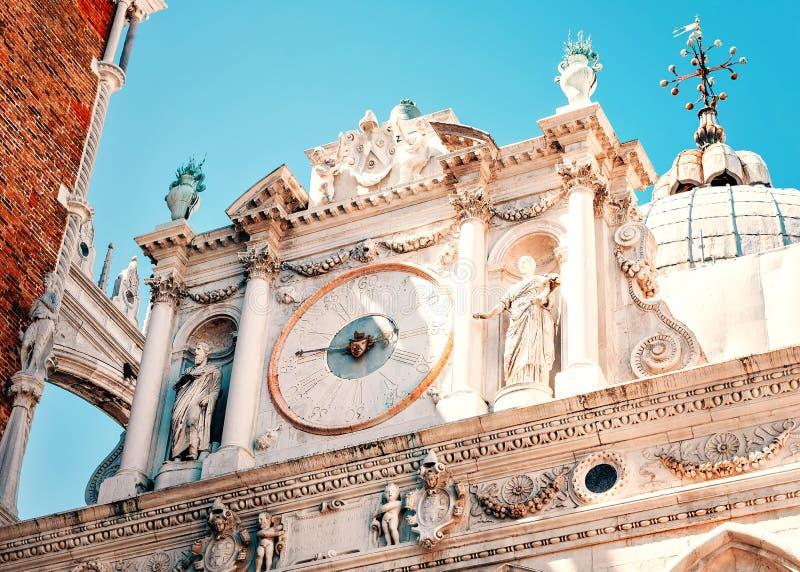 Veneti?, Itali? Binnenplaatsklok bij het Paleis Palazzo Ducale van de Doge royalty-vrije stock afbeeldingen