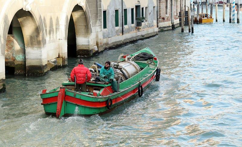 Veneti?, Itali? De nutsboot met twee mensen beweegt zich op Ria de Ca Foscari stock afbeelding