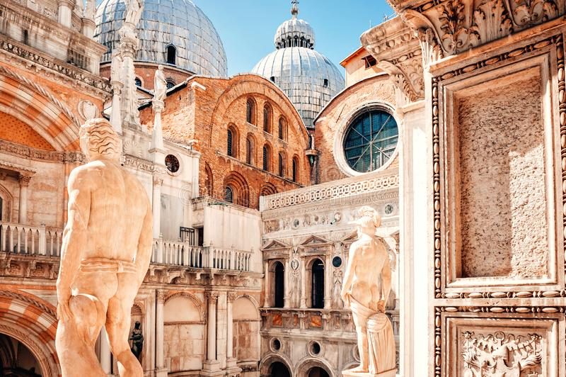 Veneti?, Itali? Satues van Mars en Neptunus bovenop Reuzentrap bij het Paleis Palazzo Ducale van de Doge royalty-vrije stock fotografie