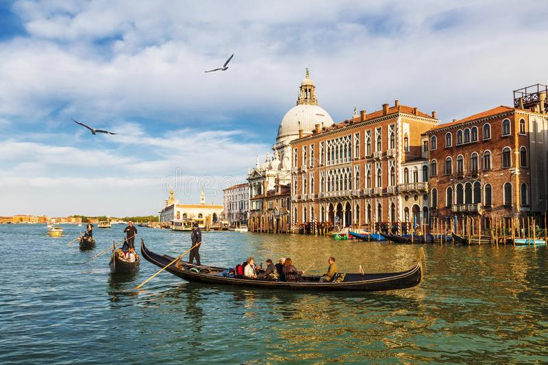 Veneti?, mening van het Grote kanaal en de kathedraal Santa Maria della Salute stock foto's
