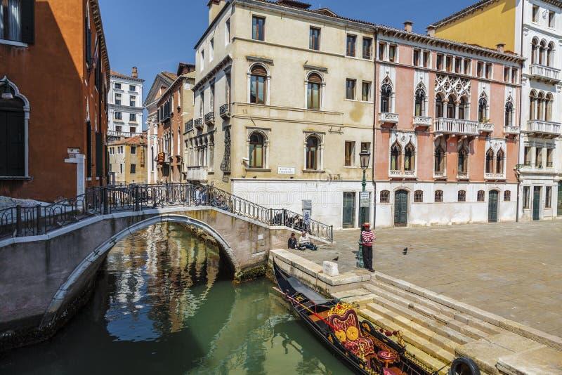 Veneti? Stedelijk landschap met kanaal, brug, gondel, toeristen royalty-vrije stock foto's