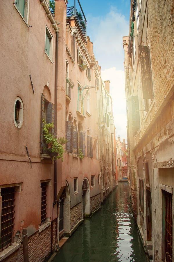 Venetiaans waterkanaal met boot Veneti? Itali? royalty-vrije stock afbeeldingen