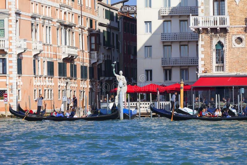 Venetiaanse gondelieren die door Grand Canal, Standbeeld van Vrijheid, Venetië, Italië roeien stock fotografie