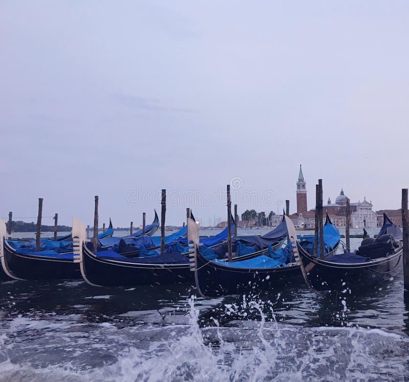 Venetiaanse gondels bij schemer stock foto