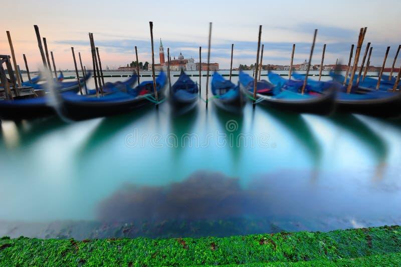 Venetiaanse gondels bij zonsopgang royalty-vrije stock afbeelding