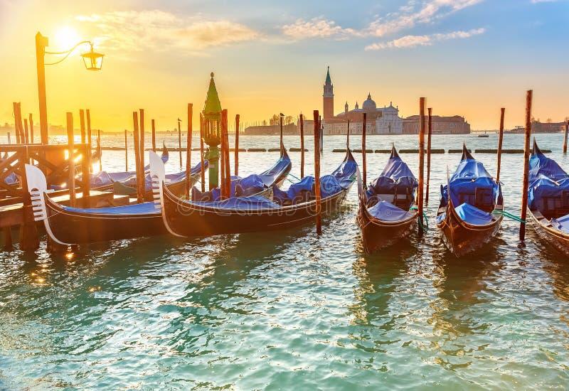 Venetiaanse gondels bij zonsopgang stock foto's