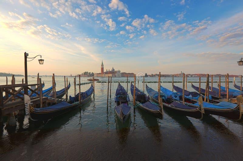 Venetiaanse gondels bij zonsopgang stock foto